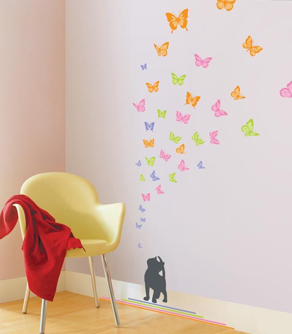 Nyfiken kattunge och fjärilar